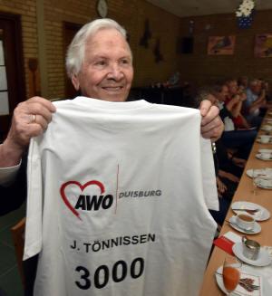 c0c32636214e7 ... Jubiläumsgeschenk an Johann Tönnissen (Foto). Ein Trikot mit der Nummer  3.000 auf dem Rücken. Das neue Mitglied wird damit zugleich zum Werbeträger.